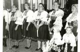 Gazda náš, gazda náš... spievajú ženy pri odovzádaní vencov