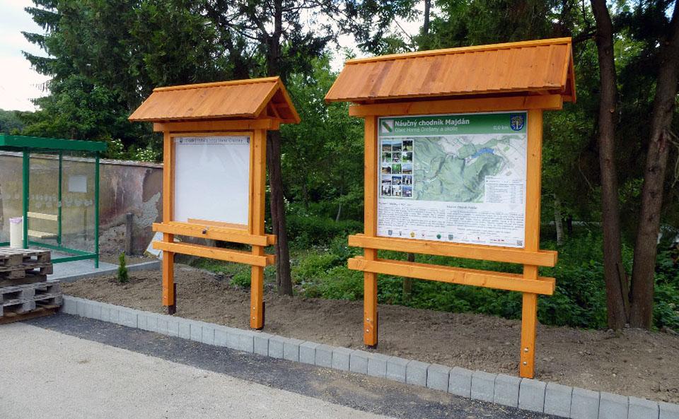Obr. 1. Novovybudovaná autobusová zastávka, úradná tabuľa obce a tabuľa 1 NCH Majdán