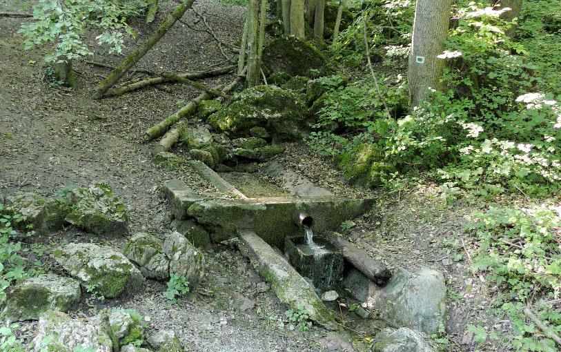 Po dohode bol zdemontovaný aj drevený kryt betónovej zdrže prameňa (búdka).
